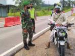 PEMERIKSAAN: Anggota Polres Lamandau dan Personel Kodim 1017 melakukan pemeriksaan terhadap kendaraan dan orang yang melintas di Pos Sekat, Senin (30/8).