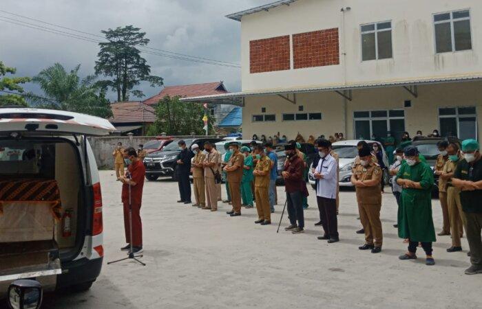 SALAT JENAZAH: Bupati Kabupaten Kotim H Halikinnor turut mensalatkan jenazah dr Endang Retno Junita di halaman belakang RSUD dr Murjani Sampit, Senin (2/8)./bahri