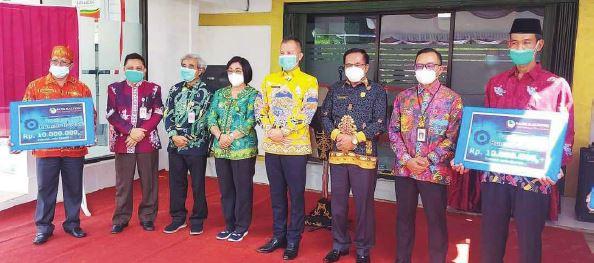 MENGHADIRI : Ketua DPRD Gunung Mas Akerman Sahidar (kanan batik hitam corak emas) saat menghadiri peresmian Kantor Cabang Bank Kalteng di Kecamatan Sepang, beberapa waktu lalu.
