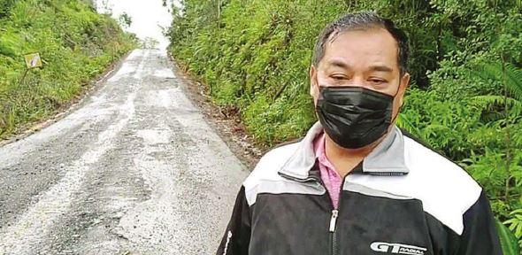MENGECEK JALAN : Anggota Dewan Perwakilan Rakyat Daerah Gunung Mas Untung Jaya Bangas saat mengecek ruas jalan yang dilalui truk batu bara di wilayah Gumas, beberapa waktu lalu.