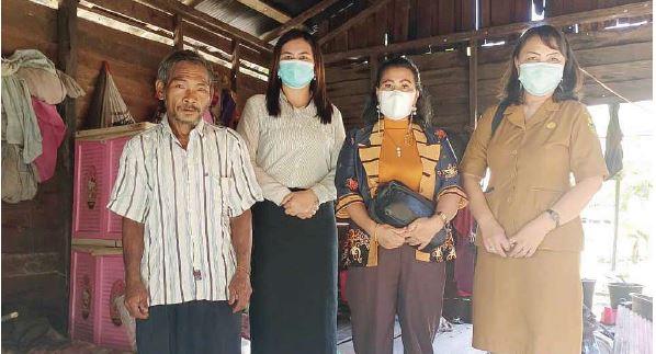 MENINJAU : Anggota DPRD Gunung Mas Rayaniatie Djangkan (tengah baju batik), saat meninjau rumah warga yang perlu mendapat bantuan program rehab rumah dari Kementerian PU, beberapa waktu lalu.