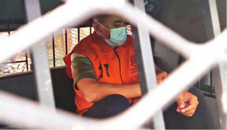 DITAHAN: Oknum tenaga Kesehatan RSSI Pangkalan Bun, Khoirul Soleh, ketika diekseuksi oleh Kejari Kobar untuk dilakukan penahanan, Selasa (24/8)./SONY