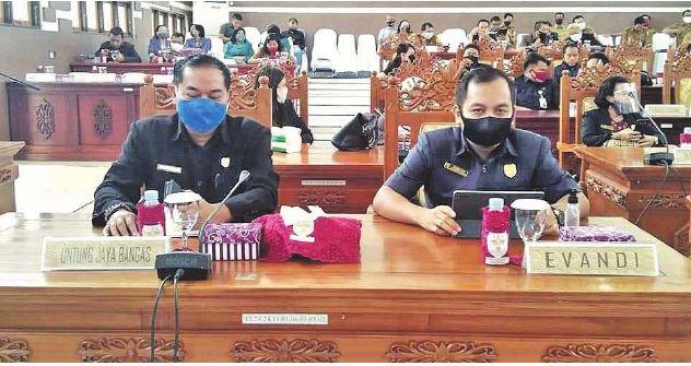 RAPAT: Anggota Dewan Perwakilan Rakyat Daerah Gunung Mas, Untung Jaya Bangas (kiri) dan Evandi (kanan), saat mengikuti rapat, belum lama ini.