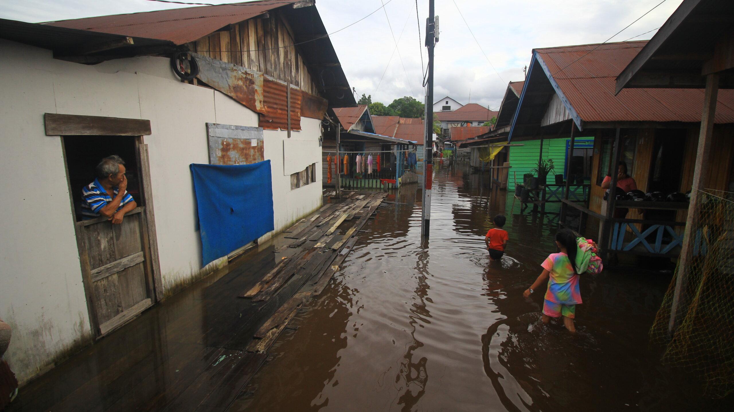 IKUT TERENDAM: Kawasa padat penduduk di pinggiran Sungai Kahayan tepatnya di Jalan A Yani, Gang Patra, turut terendam banjir akibat luapan sungai Kahayan, Selasa (21/9/2021)./DENAR