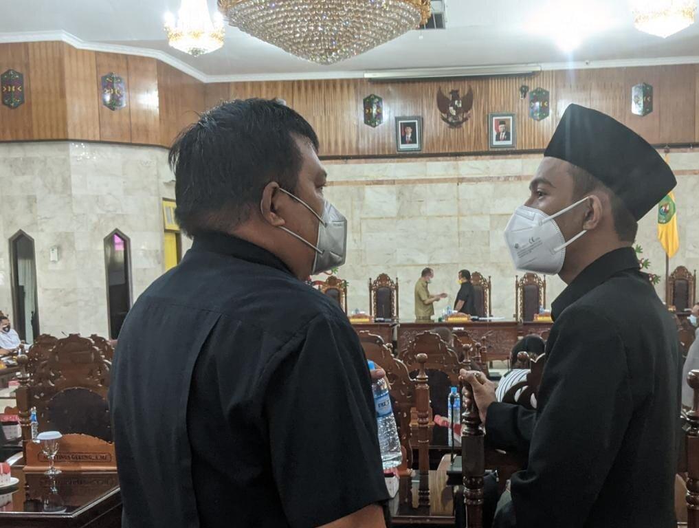 DISKUSI: Anggota DPRD Kapuas, Agustinus Gerung, dan Hamdani, berbincang usai mengikuti rapat paripurna, pekan lalu./alh
