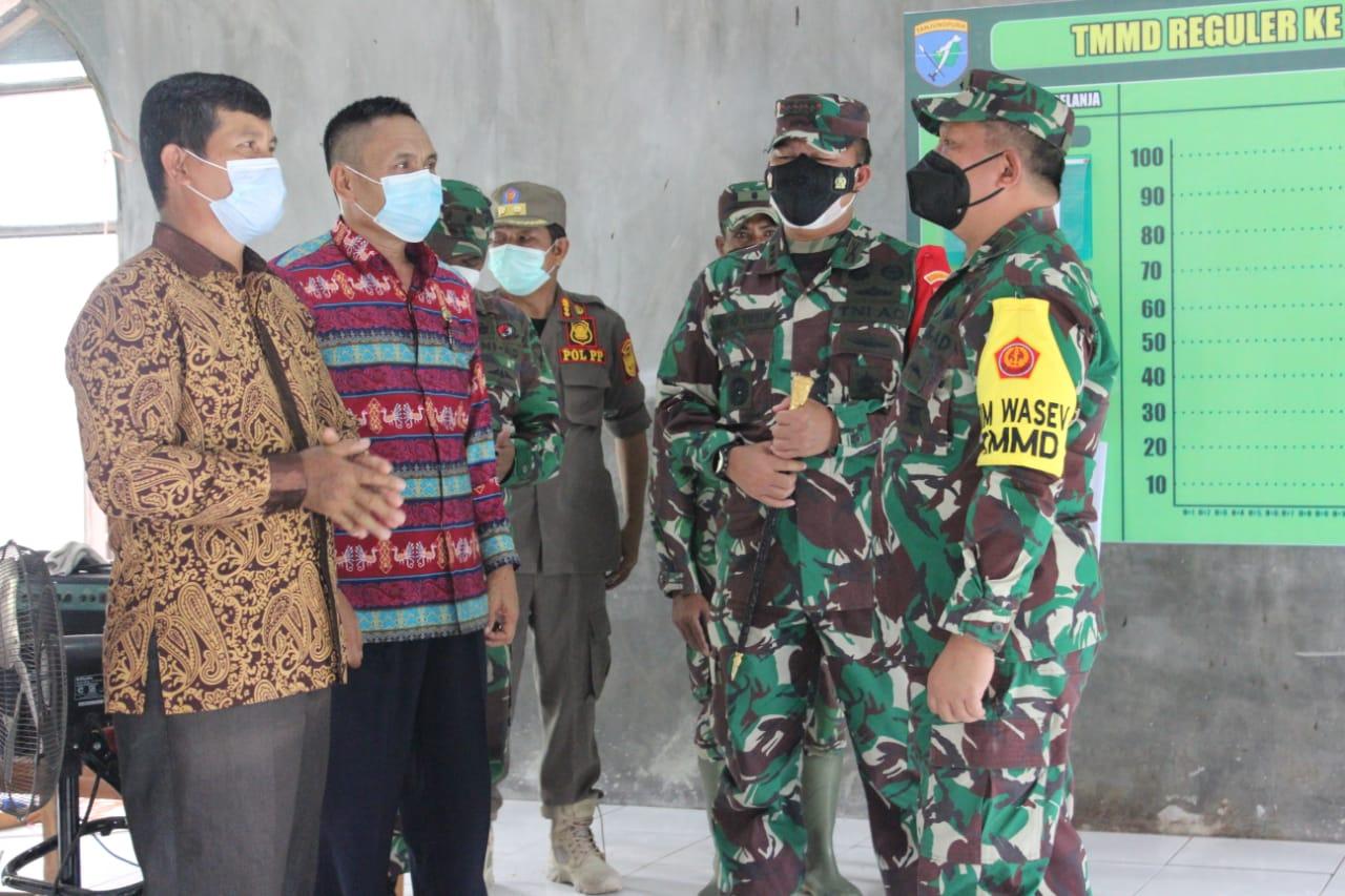 MENINJAU : Brigjen TNI F.F Fransis Wawengkang di dampingi Dandim 1016/Plk Kolonel Inf Rofiq Yusuf meninjau lokasi pelaksanaan TMMD Reguler 112, di Gunung Mas, Kamis (23/9/2021). KODIM 1016/PLK UNTUK KALTENG.CO