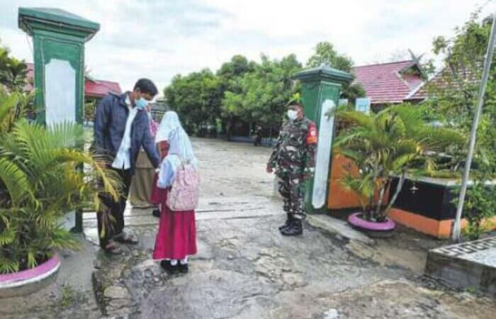 PTM: Babinsa Koramil 1014 - 06/Sukamara Serda Rudi Hartono memantau pelaksanaan PTM di sejumlah sekolah, Selasa (14/9).