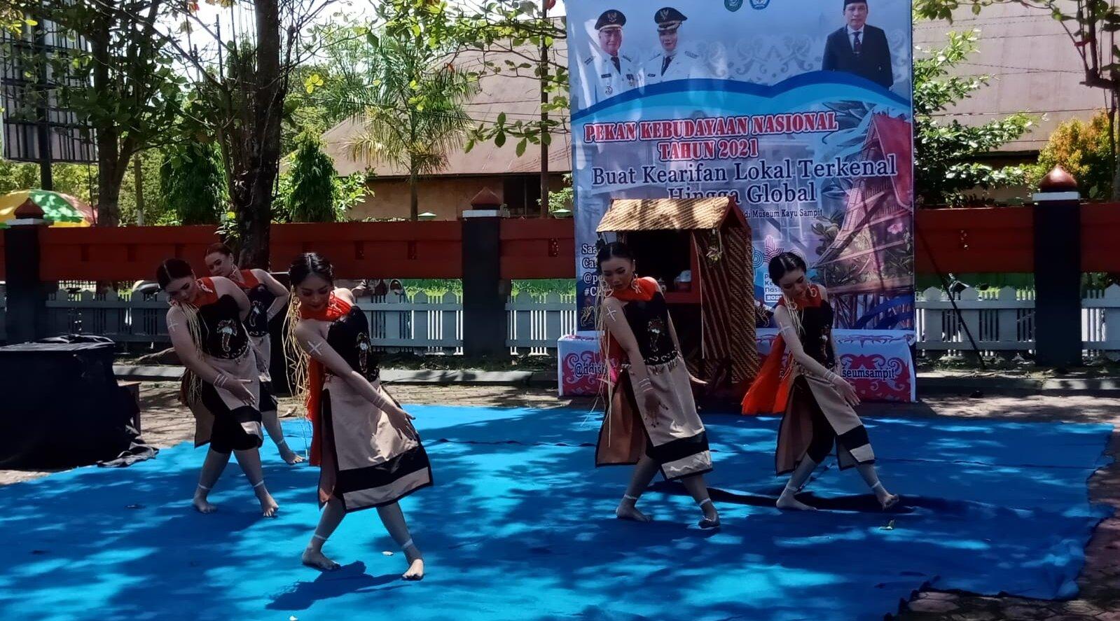 MENARI: Salah satu peserta saat menampilkan tariannya pada Pekan Kebudayaan Nasional yang di gelar di halaman Museum Kayu Sampit, Rabu (22/9/2021)./BAHRI