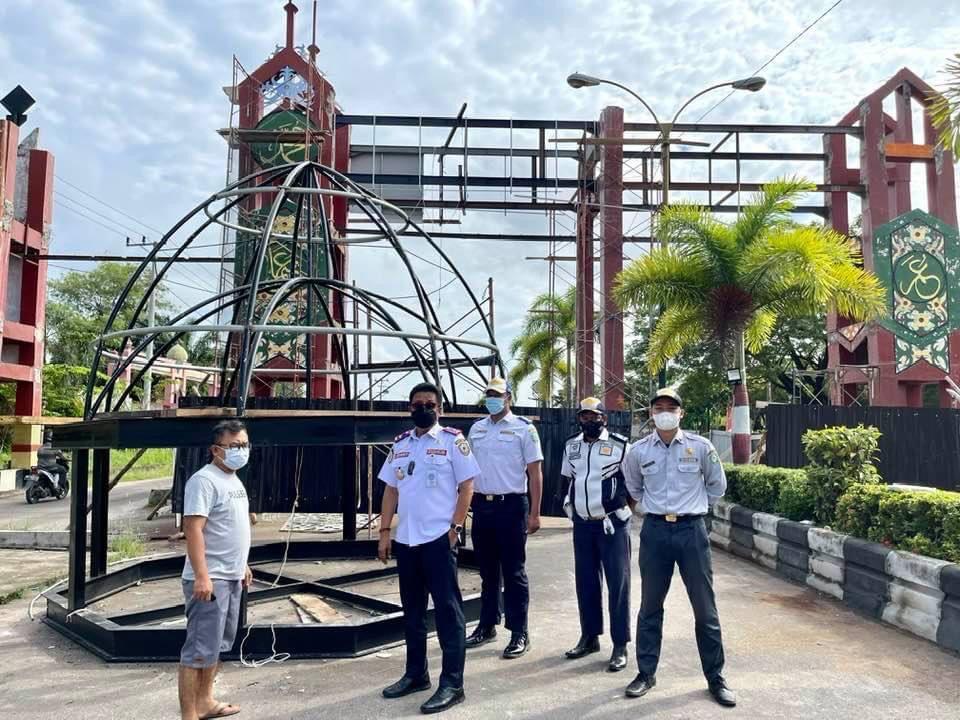 PENGAMANAN: Kepala Dishub Kotim, Johny Tangkere memimpin pengamanan Jalan Cilik Riwut di wilayah pintu gerbang depan Stadion 29 November yang sedang direhab, belum lama ini.