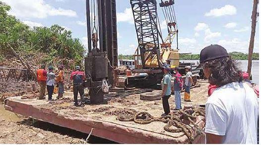 PANCANG PERDANA: pembangunan dermaga feri yang menghubungkan Badirih-Maliku Mulya telah dimulai, Sabtu (25/9) lalu.