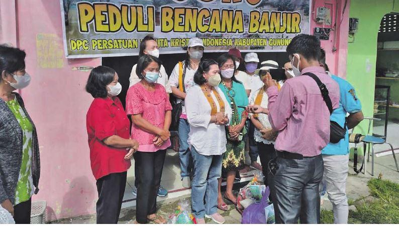 WAWANCARA : Anggota DPRD Kabupaten Gunung Mas, Rayaniatie Djangkan (baju putih) saat diwawancara awak media, belum lama ini.