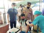 VAKSINASI : Pelaksanaan vaksinasi kepada masyarakat di Kecamatan Rungan, belum lama ini.