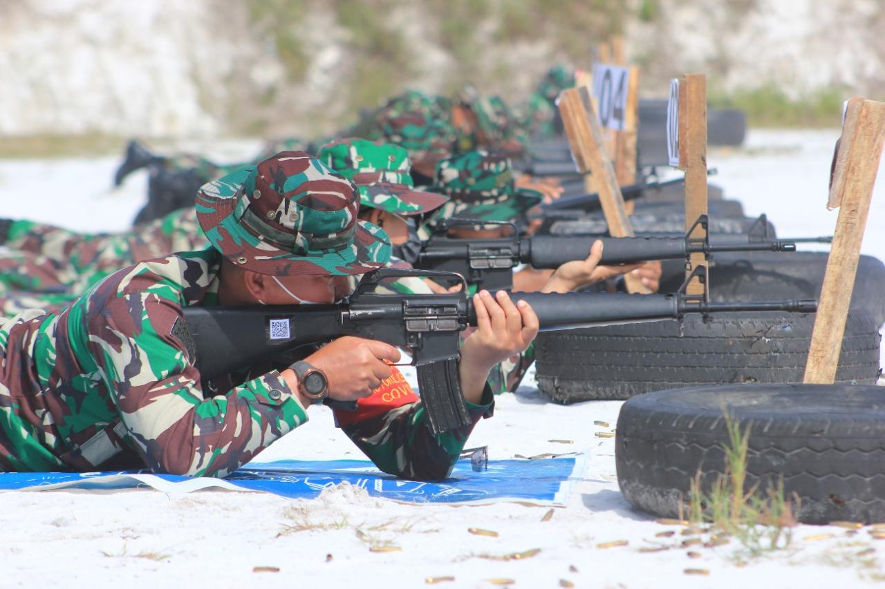 LATIHAN MENEMBAK : Dandim1016/Pky, Kolonel Inf Rofiq Yusuf, memimpin latihan menembak senjata ringan Triwulan ke III, di lapangan tembak Yonif Raider 631/Antang, Palangka Raya, Kamis (30/9/2021). KODIM 1016/PLK UNTUK KALTENG.CO