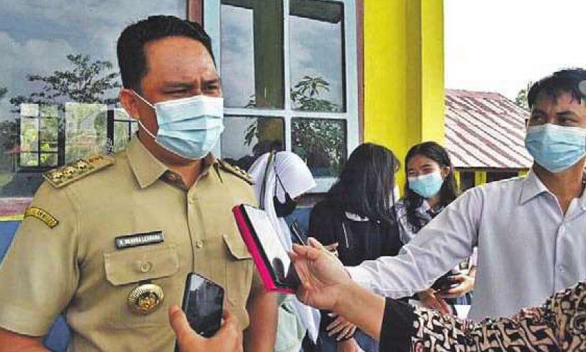 BERI KETERANGAN: Bupati Lamandau H Hendra Lesmana saat dikonfi rmasi awak media usai memantau vaksinasi pelajar, belum lama ini.