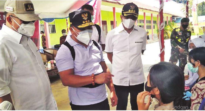PENINJAUAN: Bupati Mura, Perdie M Yoseph (kanan) mendampingi Gubernur Kalteng H Sugianto Sabran meninjau pelaksanaan vaksinasi pelajar di SMAN-1 Murung, belum lama ini.