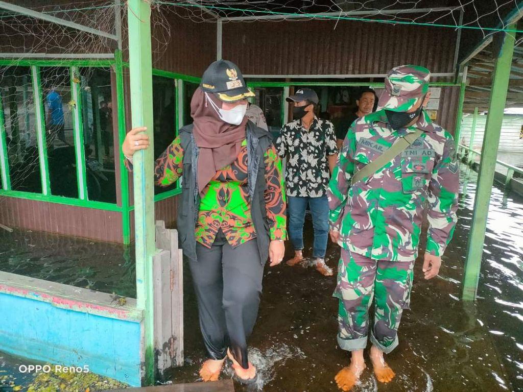 BANJIR: Wabup Kotim, Irawati memantau kondisi banjir yang masih merendam pemukiman warga, belum lama ini.