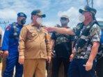 TINJAU: Bupati Kotim, H Halikinnor mendampingi Gubernur Kalteng, H Sugianto Sabran meninjau lokasi banjir di wilayah Kecamatan Mentaya Hulu, beberapa waktu lalu.