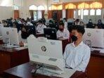 IKUTI TES: Para peserta tes SKD CASN Kabupaten Kotim saat berada di ruangan Computer Assisted Test, Sabtu (25/9).