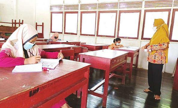 BELAJAR DI SEKOLAH: Sejumlah murid Kelas 5 SDN-1 Talio Muara melakukan pembelajaran luring untuk mata pelajaran matematika. Pembalajaran secara daring di wilayah ini mengalami beberapa kendala. Selain sulitnya jaringan layanan, murid di desa tersebut banyak yang tak memiliki HP android.
