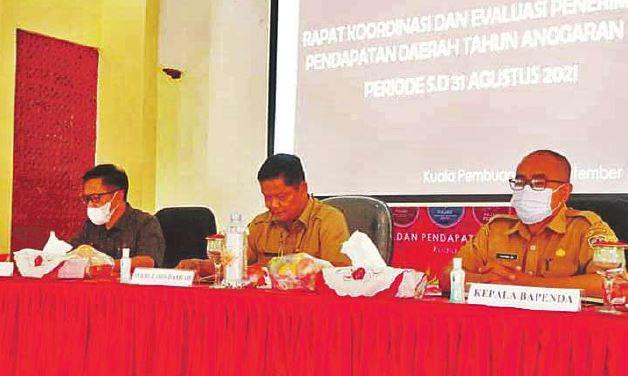 RAPAT KOORDINASI: Kepala Badan Pendapatan Daerah (Bapenda) Seruyan, Sukardi (kanan) saat kegiatan Rakor dan evaluasi penerimaan pendapat daerah, baru baru ini.