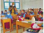PANTAU: Kadisdik Kapuas H Suwarno Muriyat memantau langsung pelaksana Pembelajaran Tatap Muka Terbatas (PTMT), Senin (6/9).