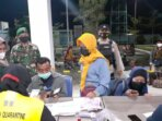PENGAWASAN: Petugas gabungan yang terdiri dari TNI Polri dari Koramil 1014 - 02/Kumai, KPPP dan KSOP Kumai mengawasi dan memberikan imbauan penerapan prokes di Pelabuhan Panglima Utar Kumai, Kobar, Selasa malam (28/9)./PENREM 102/Pjg