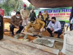PEMBANGUNAN: Bupati Kotim, H Halikinnor melakukan peletakan batu pertama pembangunan tiga rumah ibadah di satu tempat, di Desa Tumbang Puan, Kecamatan Telaga Antang, Sabtu (18/9).