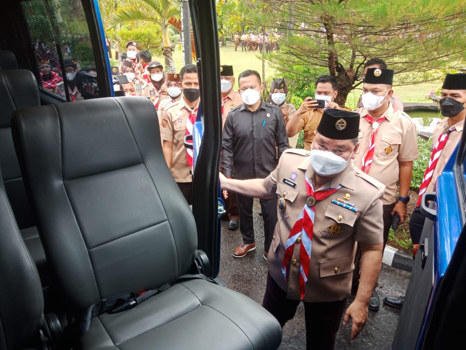PENYERAHAN: Bupati Kabupaten Kotim H Halikinnor saat menyerahkan mobil untuk jemput antar peserta KB, Selasa (21/9/2021).