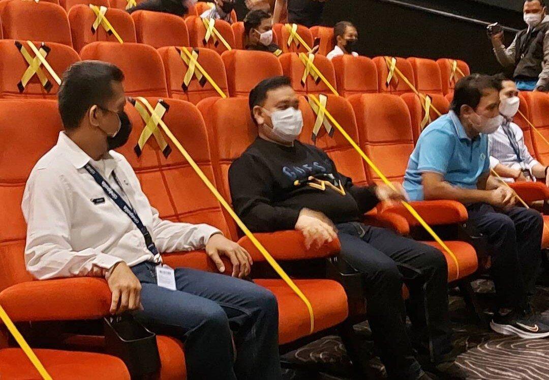 NONTON BIOSKOP: Bupati Kotim H Halikinnor di dampingi Sekda Fajrurrahman dan sejumlah awak media, saat nonton di bioskop, Selasa (28/9/2021)./PROKOPIM