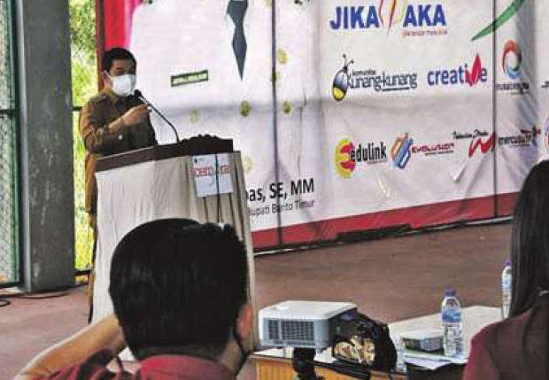 ARAHAN: Bupati Barito Timur Ampera AY Mebas memotivasi para peserta Program Cemara di Tenis Indoor Tamiang Layang, Senin (27/9).