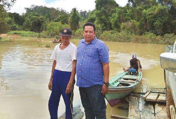 PENINJAUAN : Anggota DPRD Barito Utara Surianor saat meninjau langsung lokasi jalan yang terendam banjir, baru-baru ini