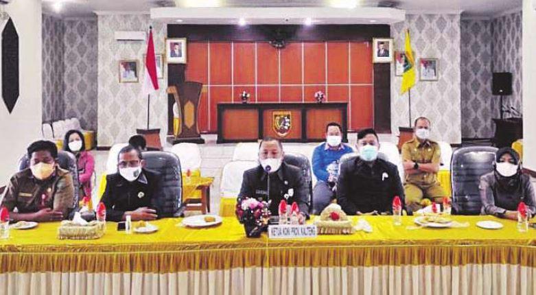 RAPAT DEWAN ADAT: Bupati Barito Selatan H Eddy Raya Samsuri saat memimpin rapat Dewan Adat Barsel di aula setda setempat, Kamis (23/9).