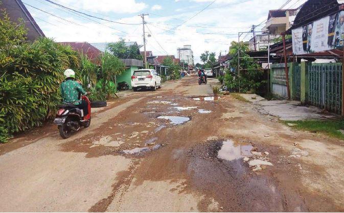 RUSAK PARAH : Salah satu jalan yang rusak di Jalan Iskandar Sampit yang sudah puluhan tahun tidak pernah diperbaiki. Foto ini diambil pada Kamis (23/9).