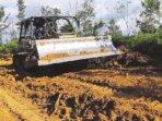 AKSES UTAMA: Kegiatan pertama TMMD ke-112 di wilayah Koramil 1016-03/Sepang dilaksanakan dengan membuka askes jalan utama sepanjang 4,5 Km di Kelurahan Kampuri, Kecamatan Mihing Raya, Gunung Mas, Rabu (15/9).
