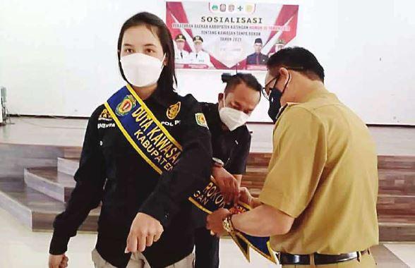DUTA: Bupati Katingan Sakariyas ketika memasang selempang untuk duta kawasan tanpa rokok Kabupaten Katingan, Selasa (28/9).