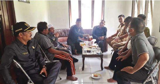 RESES : Wakil Ketua DPRD Kotawaringin Timur H Rudianur bersama anggota DPRD Kotim lainnya saat melakukan reses di Kecamatan Pulau Hanaut, Selasa (21/9).