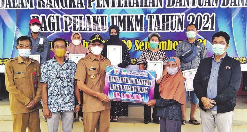 SERAHKAN BANTUAN: Secara simbolis Bupati Mura, Perdie Yoseph menyerahkan bantuan untuk pelaku UMKM di Kecamatan Murung, Selasa (28/9).