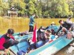 KUNJUNGAN KERJA: Wakil Bupati Kotim, Irawati bersama rombongan naik perahu untuk menuju desa yang tidak bisa diakses melalui jalur darat, belum lama ini.