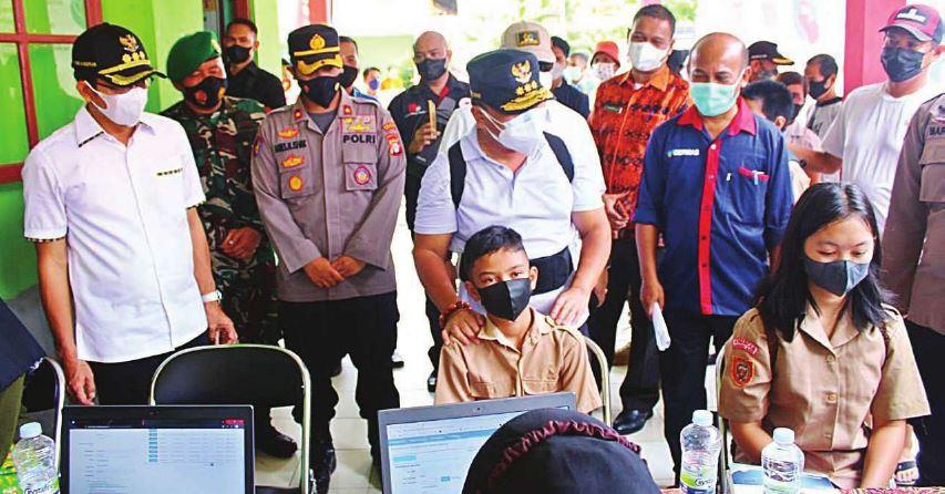 VAKSINASI PELAJAR : Gubernur Kalimantan Tengah H Sugianto Sabran meninjau pelaksanaan vaksinasi pelajar SMP dan SMA sederajat di SMA Negeri 1 Murung, Kabupaten Murung Raya, belum lama ini.