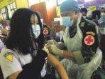 VAKSINASI PELAJAR : Para pelajar SMP dan SMA sederajat yang sudah berusia 12-17 tahun pun bisa mengikuti vaksinasi. Tampak vaksinator dari TNI yang juga dilibatkan untuk membantu mempercepat pelaksanaan vaksinasi di wilayah Kalimantan Tengah, beberapa waktu lalu.