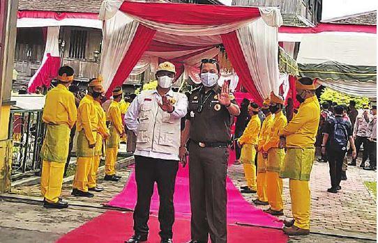BEBAS PUNGLI: Kasi Intel Kejari Kobar Jul Indra Nasution didampingi Asisten I Ali Syahbana ketika mengikuti acara penetapan Kobar sebagai kota bebas Pungli, beberapa waktu lalu.