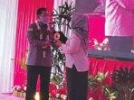 CENDERA MATA: Sekretaris Satgas Saber Pungli Pusat Irjen Pol Agung Makbul menyerahkan cendera mata kepada Bupati Kotawaringin Barat Bagi Kelompok Tani Hj Nurhidayah di Istana Kuning, Rabu (15/9)