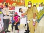 TINJAU: Kapolres Seruyan melaksanakan peninjauan Vaksinasi Massal Covid 19 di Mapolsubsektor Seruyan Hilir Timur, Selasa (31/8).