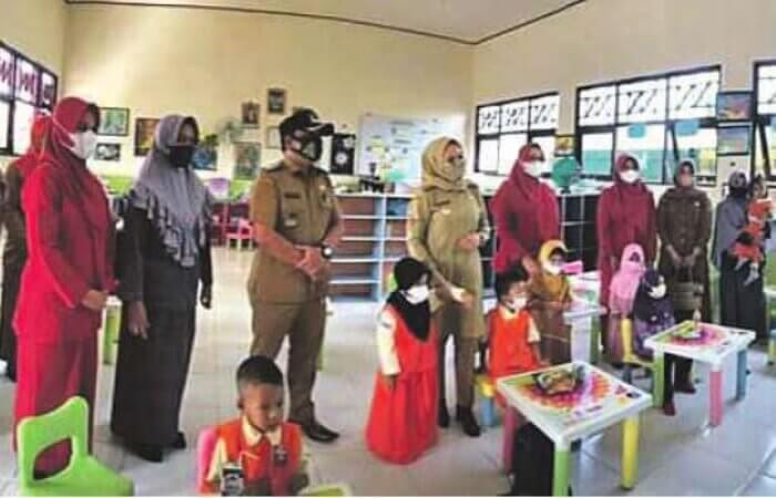 TINJAU SEKOLAH: Wakil Bupati Seruyan, Hj Iswanti meninjau pelaksanaan proses belajar tatap muka di salah satu TK, Senin (13/9).