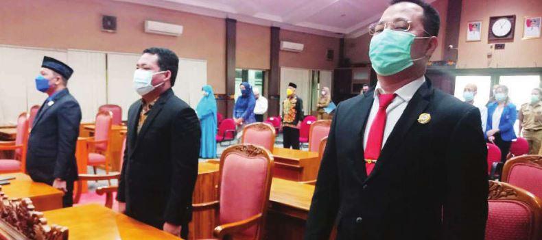 RAPAT: Anggota DPRD Kotawaringin Timur Hendra Sia (kanan) saat menghadiri rapat paripurna, belum lama ini.