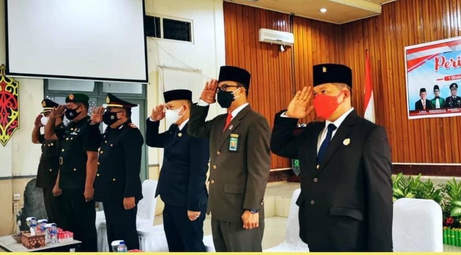 SERENTAK: Wakil Ketua I DPRD Kapuas, Yohanes (kanan) mengikuti Upacara Peringatan Hari Kesaktian Pancasila, Jumat (1/10/2021)./HUMAS