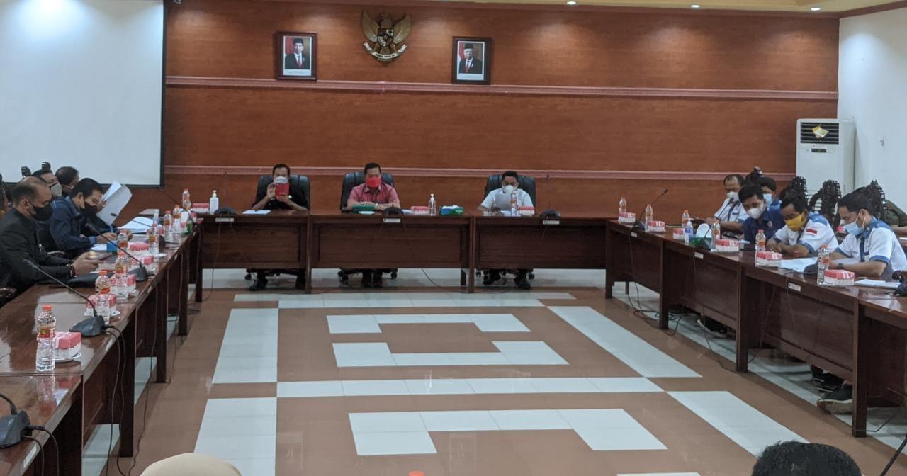 BEREMBUK: Wakil Ketua I DPRD Kapuas, Yohanes bersama Ketua Komisi II DPRD Kapuas, Syarkawi H Sibu, Sekretaris Komisi IV DPRD Kapuas Didi Hartoyo, juga anggota Komisi II DPRD Kapuas menggelar RDP dengan instansi terkait, buruh, serta perusahaan, Senin (10/9/2021)./ALH