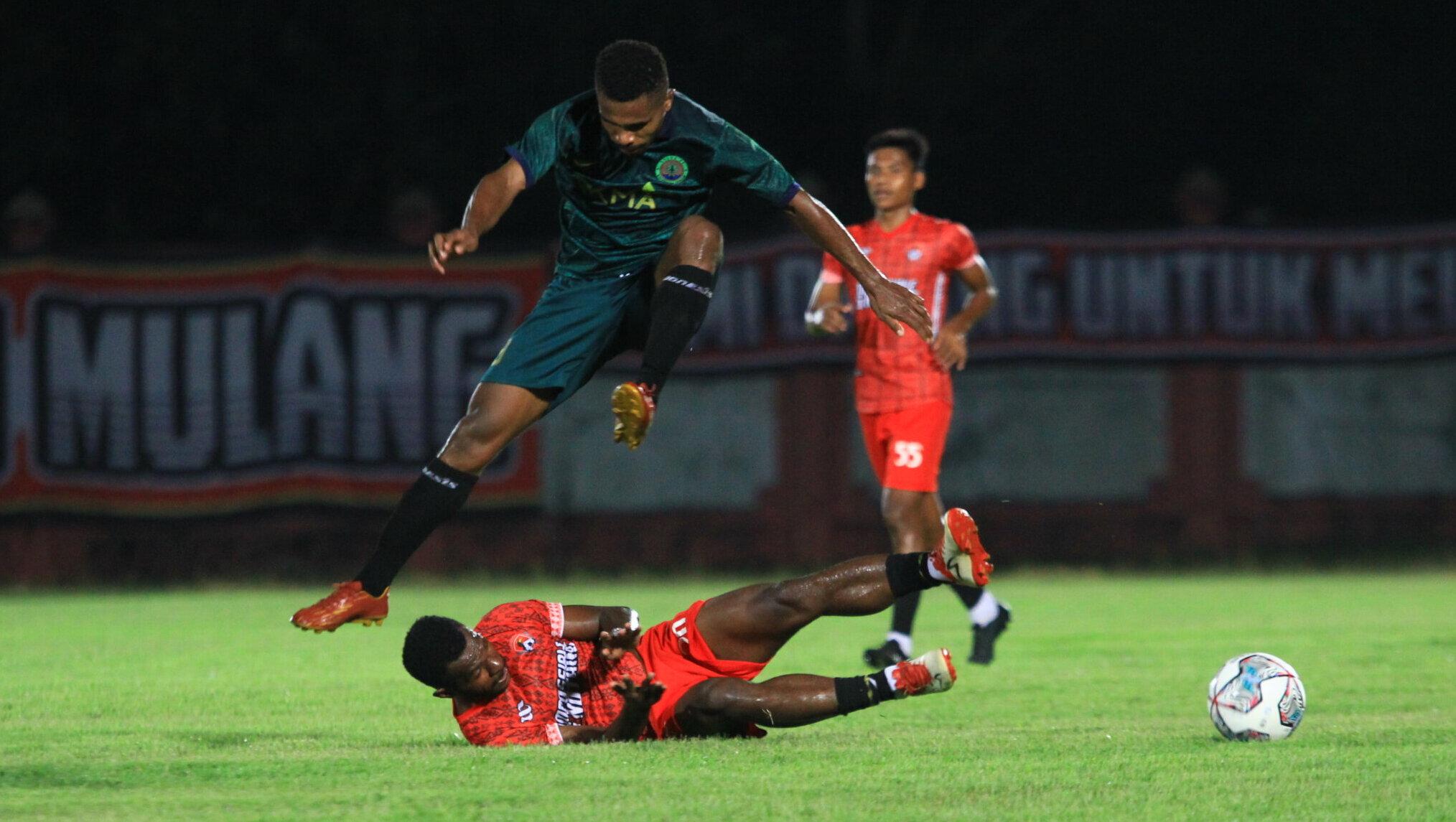 SIAP BERTARUNG: Kalteng Putra saat laga uji coba dengan tim lokal di Stadion Tuah Pahoe, Minggu malam (3/10). /denar
