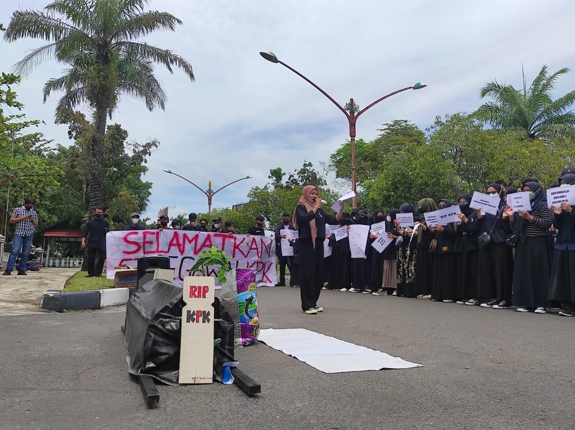 AKSI: Para mahasiswa melakukan demonstrasi untuk menyatakan sikap penolakan kedatangan Ketua KPK RI ke Kalteng di halaman kantor Disdik Kalteng, Rabu (6/10).
