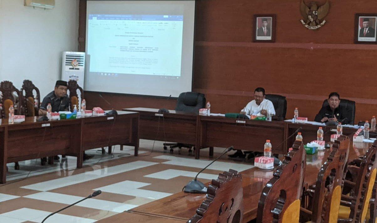 RAPAT: Wakil Ketua Bapemperda Kapuas. HM. Rosihan Anwar, didampingi Sekretaris Bapemperda Kapuas H. Darwandie bersama anggota, saat melaksanakan rapat, Senin (11/10)./ALH